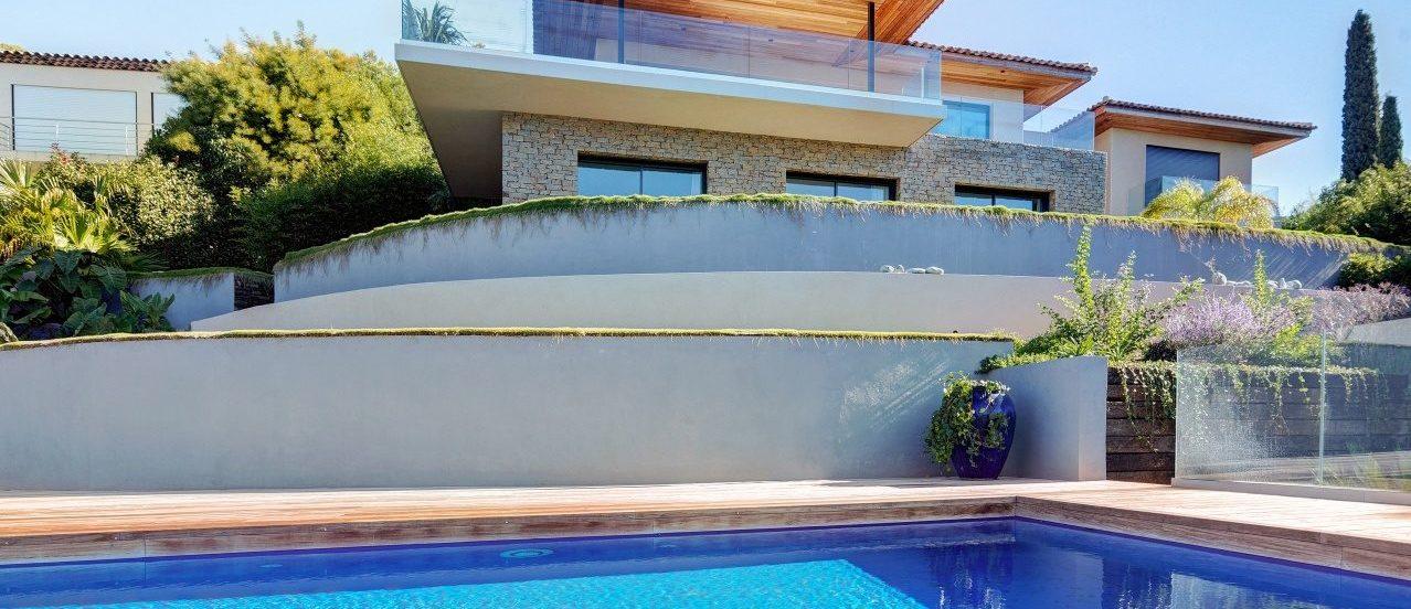 Façade sud de la maison vue de la piscine